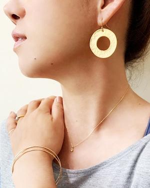 Gold cercle pierced earrings / on the beach