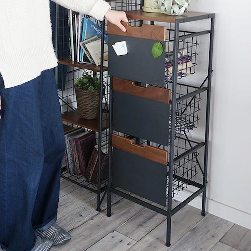 マグネットボードがついた収納チェスト。キッチンやランドリースペースにもオススメです。