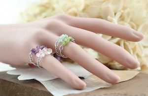 華奢なローズクォーツ(さざれ石)の指飾り / リング