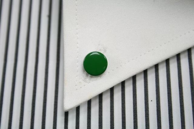 グリーンの漆塗りのボタンダウンピアス。 1点1点石川県の山中塗りの職人が白蝶貝に漆で手描きで作っています。