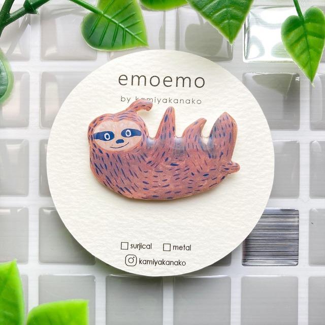 emoemoブローチ ナマケモノ レジン EMA006