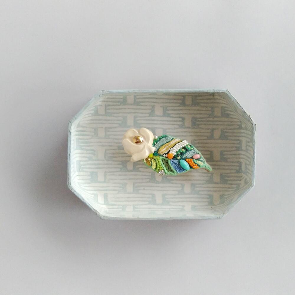 陶器花ブローチ<アイボリー>