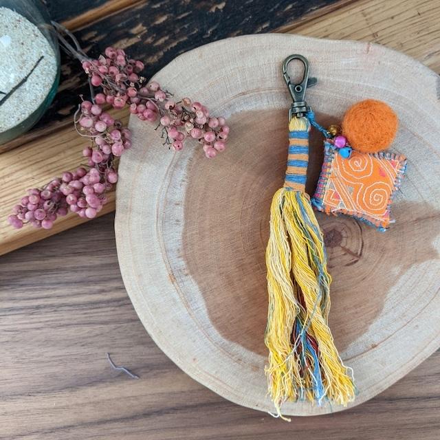 チェンマイ sora to toriオリジナル モン族古布の飾りがついたタッセルキーホルダー 黄色