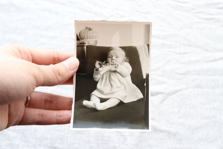 【ドイツ】モノクローム写真/ぬいぐるみと遊ぶ赤ちゃん