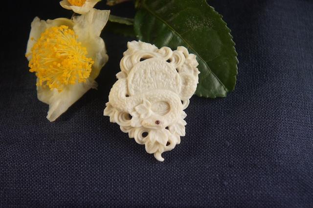 鹿角彫刻の帯留め「月齢」蛇と蔓草