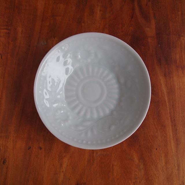 稲村真耶 | 白磁印刻菊文5寸皿