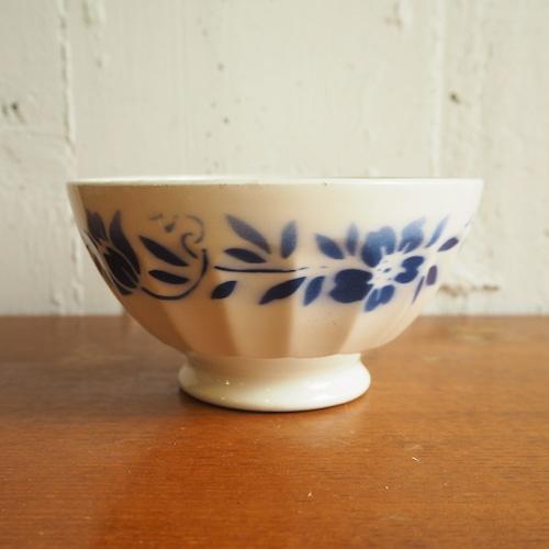 青い花柄のカフェオレボール
