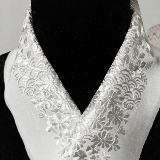 【新品】半衿 ししゅう 絹交織 青海波に菊と桜 白×白★1点限り