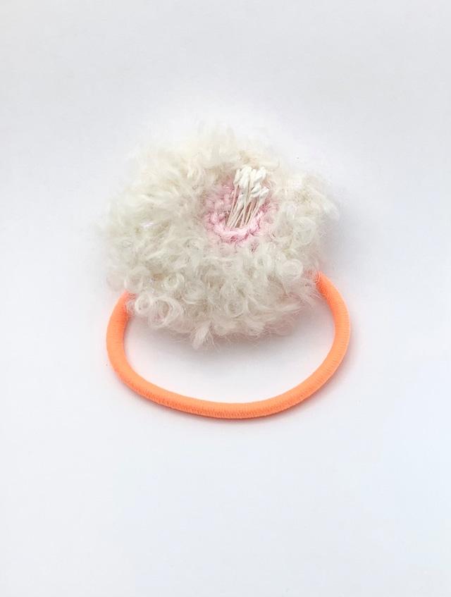 近あづき 椿のヘアゴム(ホワイト+蛍光オレンジ)