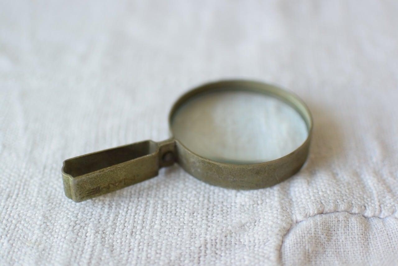 古びた小さな虫眼鏡
