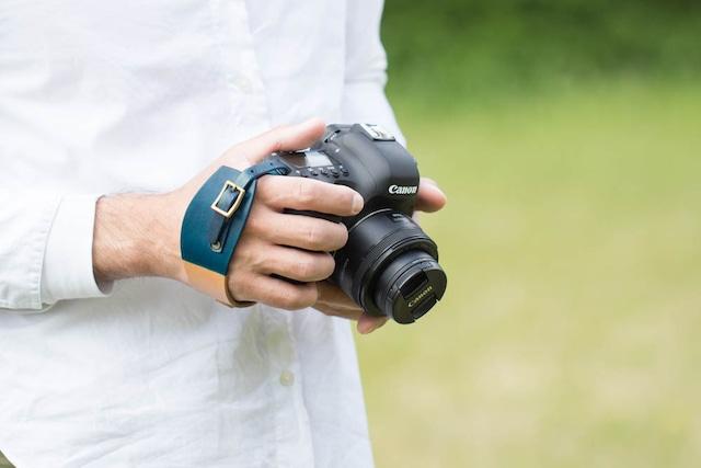 手染めピンクのカメラハンドストラップ