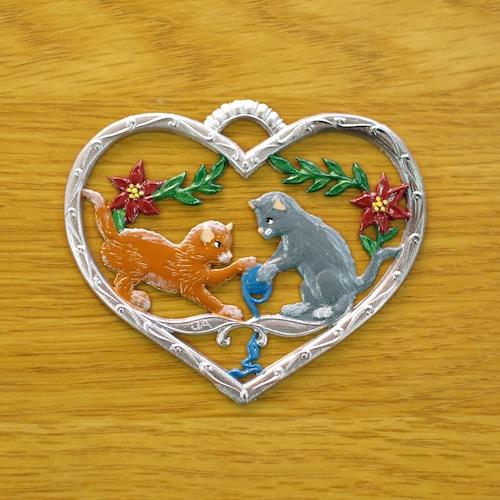 錫の飾り  ハートの中のネコたち ③
