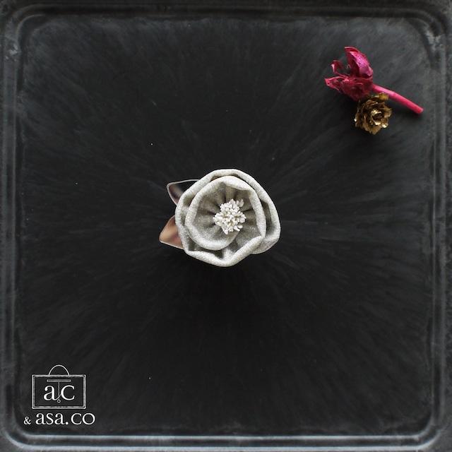 大人モードな魔法で着こなしが華やぐ手染め麻のコサージュ〈 Tsubaki 〉Silver