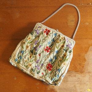 花の刺繍のハンドバッグ