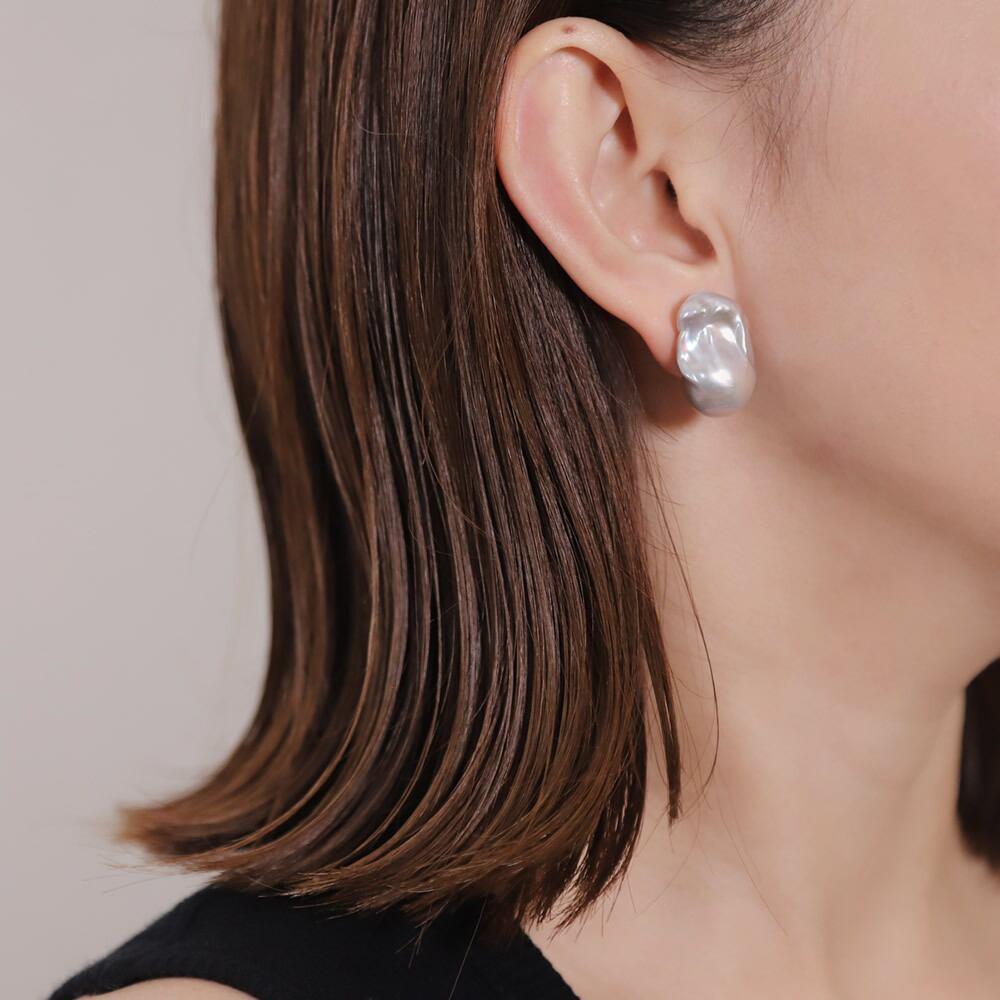 〈Sクラス〉Baroque pearl stud earring|イヤリング - Ice blue
