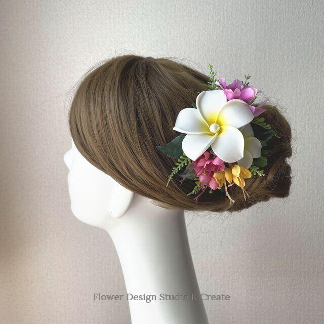 白いプルメリアとモンステラのヘアクリップ 髪飾り パール 南国 フラ フラダンス