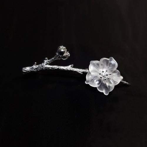 IUHA 【雨の花】ブローチ 天然水晶 S925シルバー 透かし彫りデザイン 優雅 金属アレルギーと変色防止  10009iuhaws