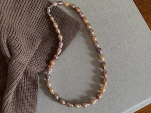 volume baroque pearl necklace/mauve