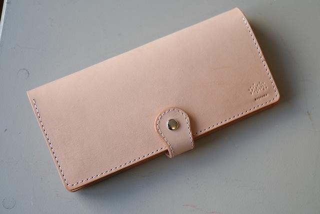 ヌメ革のシンプルな長財布