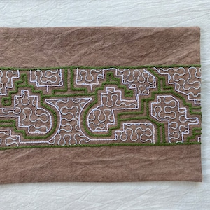 刺繍カフェマット 18x31cm ベージュに緑刺繍 シピボ族の手刺繍 天然染めプレイスマットティーマット インテリア