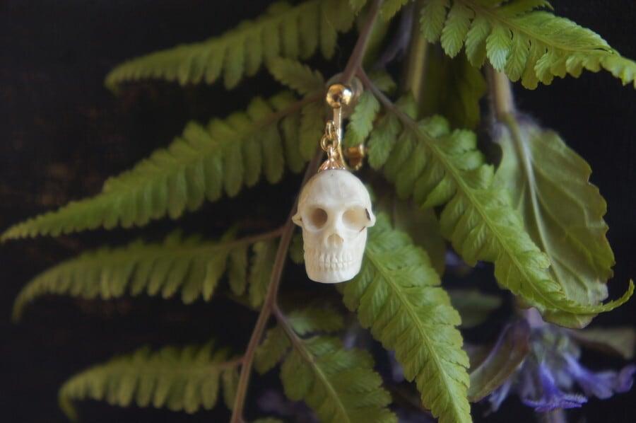 鹿角製小さい頭蓋骨「朝と夕べのメメント・モリ」イヤリング