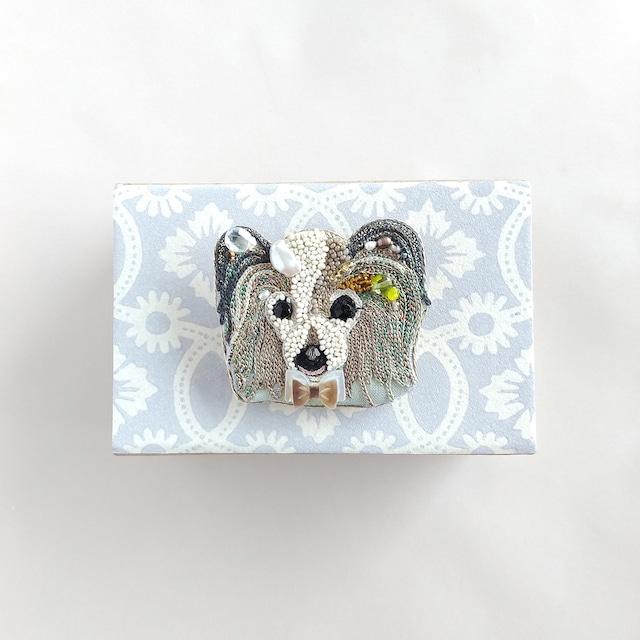 パピヨン犬ブローチ