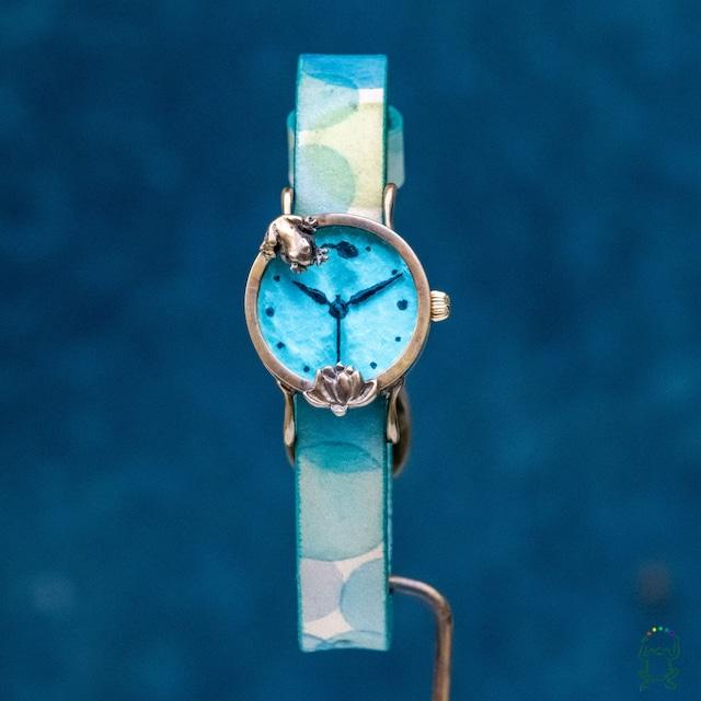 蓮池の我が子を見つめる蛙腕時計Sスカイブルー
