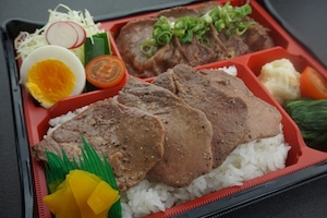 【丹次郎】ねぎ塩牛たん弁当 上 おかずの種類は季節により変わります。(味噌汁)