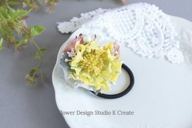 黄色いスカビオサと薔薇のヘアゴム パール お花 ヘアゴム 髪飾り お出掛け ヘアアクセサリー