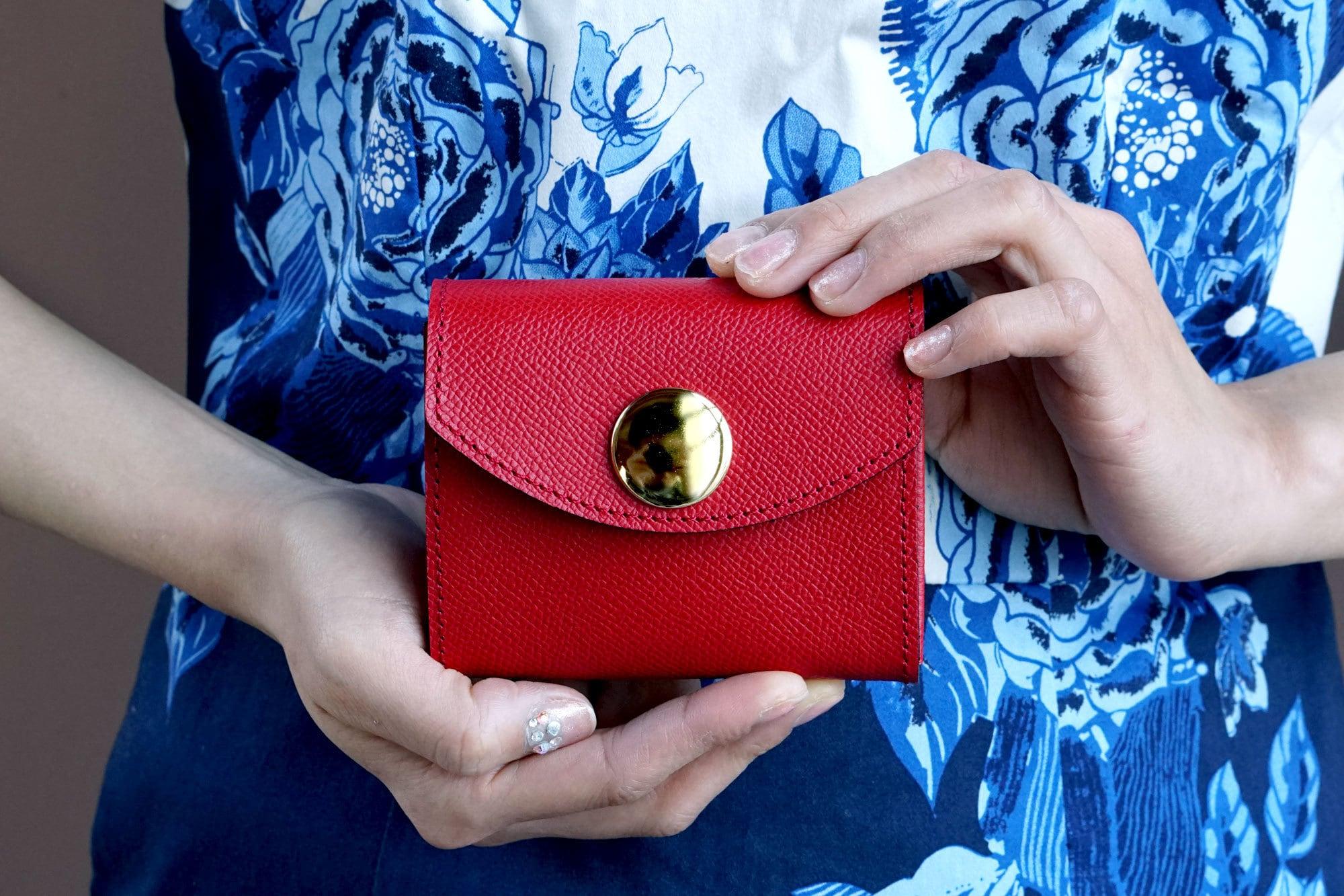 身軽にキメたい時のコンパクト財布|ビッグボタン型/パーティーレザー・レッド