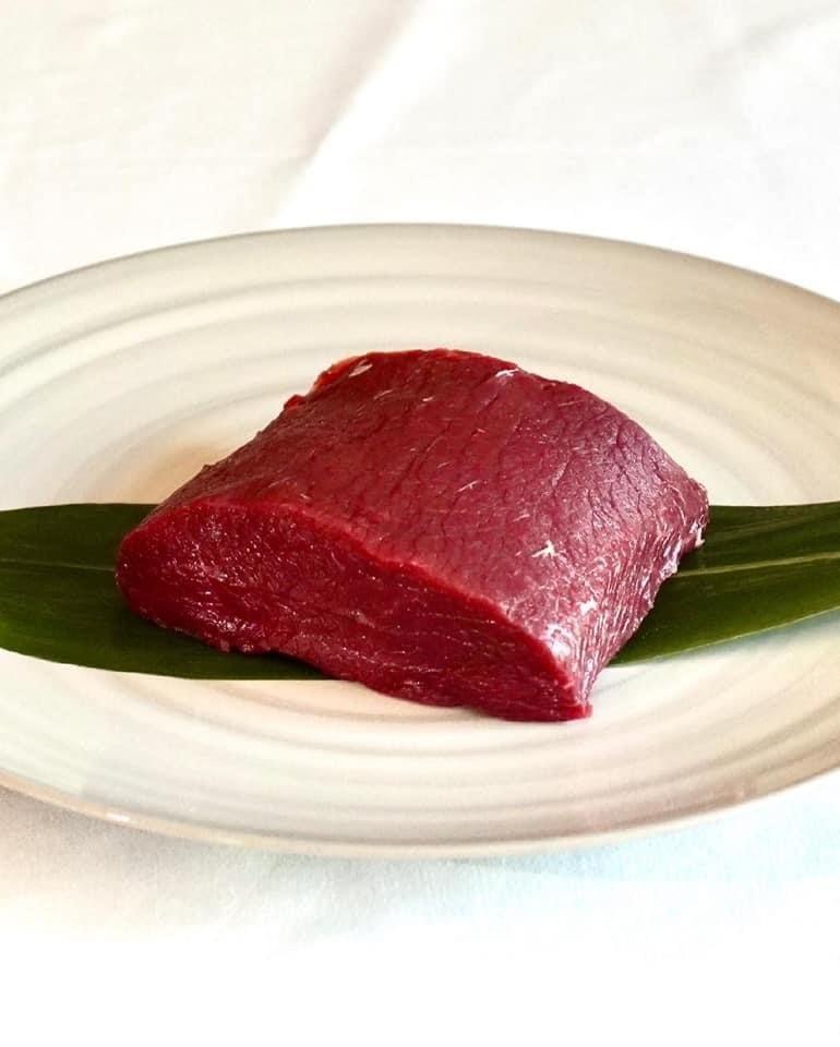 【冷凍】マノワのこだわり鹿肉のロース肉300gのステーキ肉(鹿出汁のソース付き)