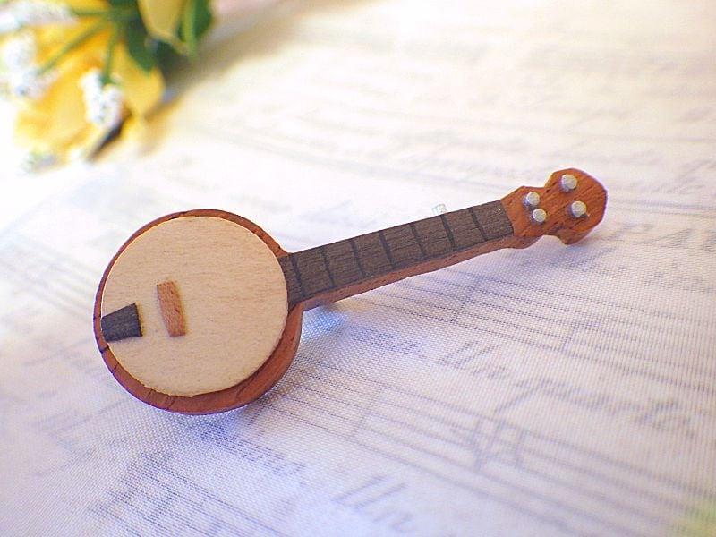 バンジョーの木製ブローチ