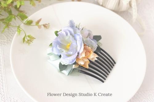 ペールブルーの薔薇と白いフェザーのリボンのコーム フラメンコ ペイネタ お花のコーム バラ 髪飾り 卒業袴 ダンス髪飾り