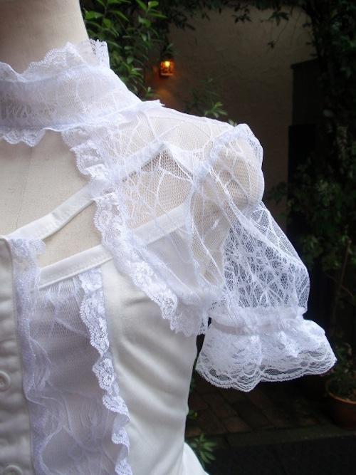 クモの巣レースと編み上げの白ゴスフリルシャツ