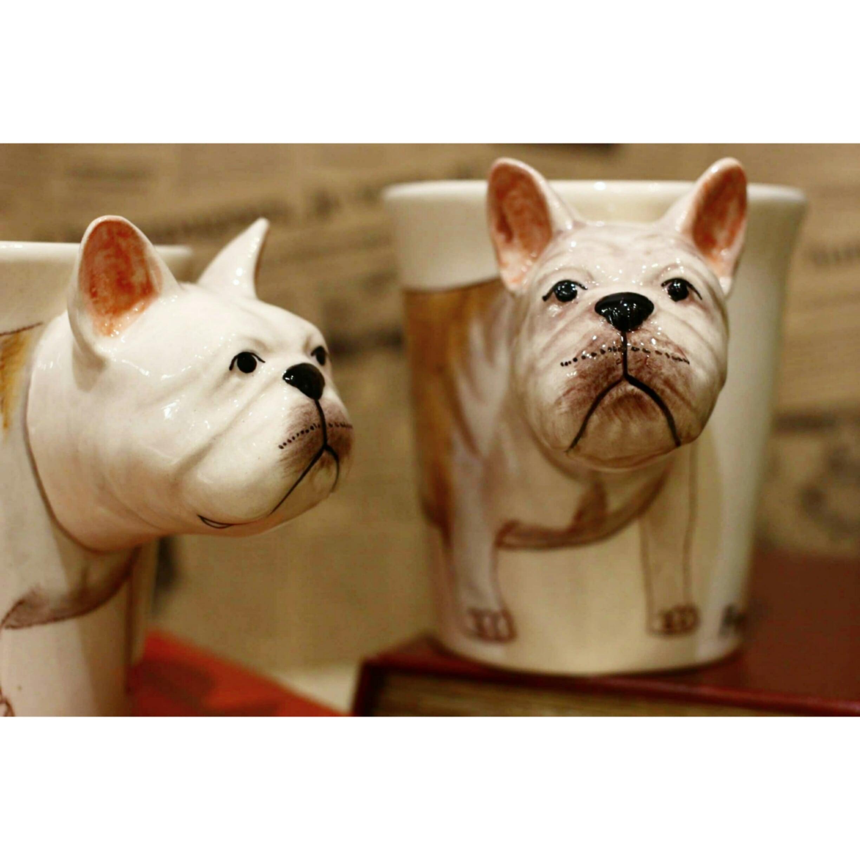 犬のはみ出し顔のマグカップ(フレンチブル)【電子レンジ/食洗機対応】/浜松雑貨屋 C0pernicus