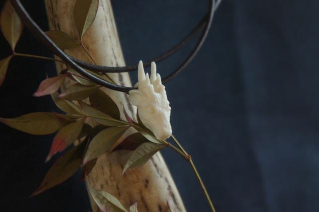 鹿角製鹿の顔「拝」チョーカー(紺)