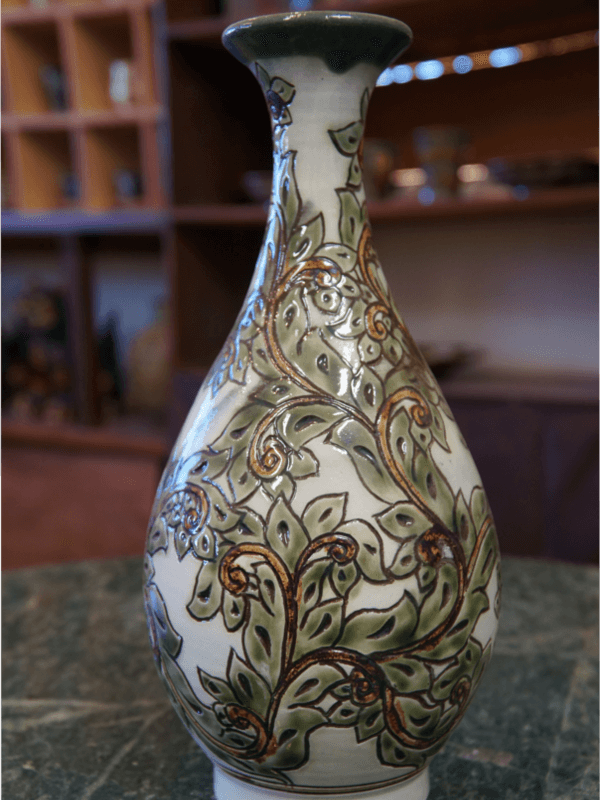 線彫り唐草模様の壷 【金城陶器秀陶房】