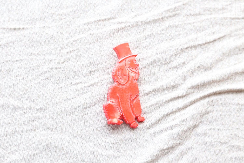 【フランス】シルクハットをかぶった犬のブローチ