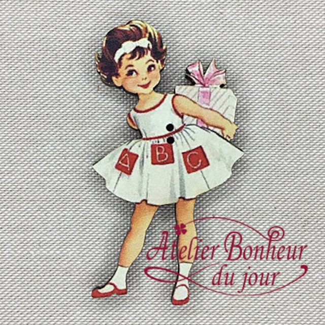 フランス製 木製ボタン アトリエ ボヌール ドゥ ジュール 【贈り物を持つ少女】