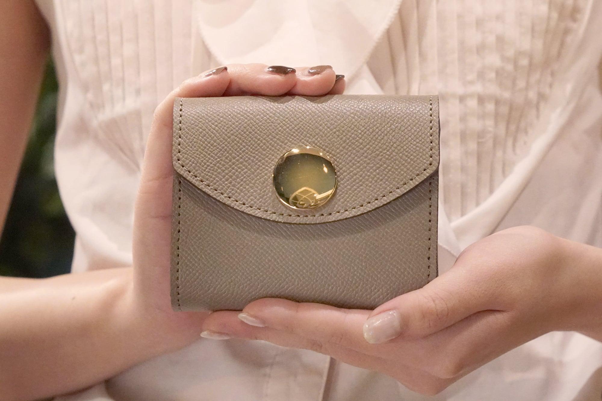【限定色】身軽にキメたい時のコンパクト財布 ビッグボタン型/パーティーレザーグレージュ(本革製)