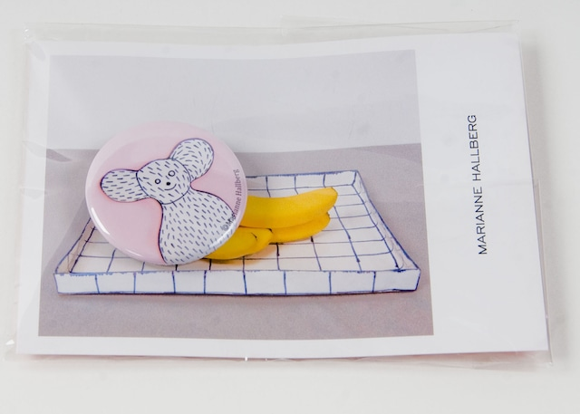【アウトレット】Marianne Hallberg(マリアンヌハルバーグ) 缶バッジS/ クマ花瓶 MH041