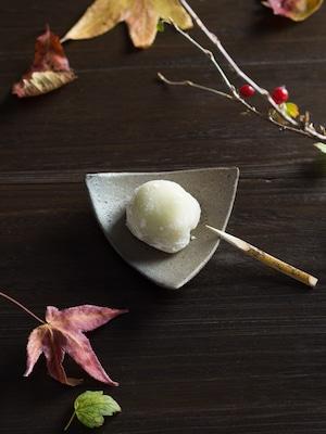 炭化焼締 三角小皿(小皿・取皿・和食器)/阿部 恵里