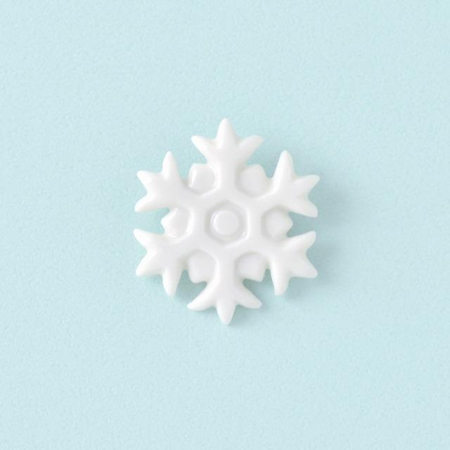 白磁のリスブローチ