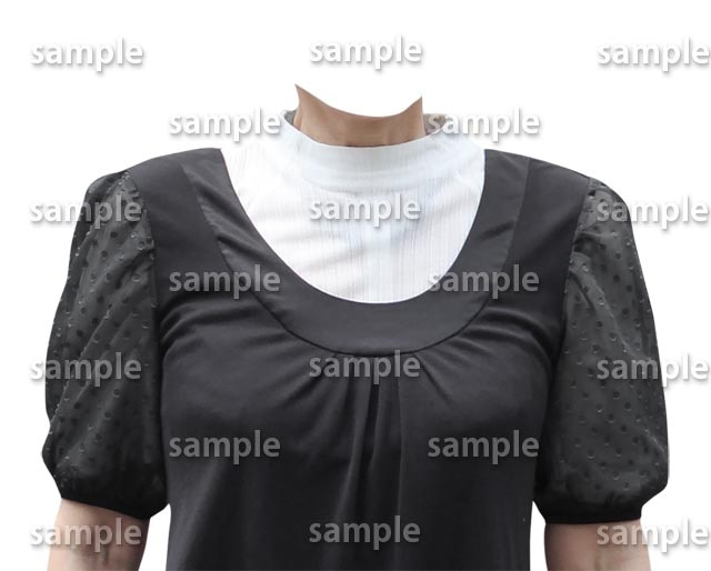 女性白ハイネック黒い服正面