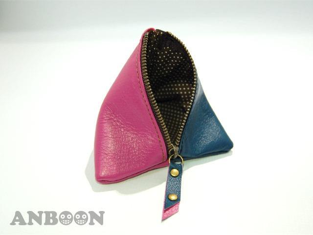 使い方は色々の三角レザーポーチ(ネイビー/ピンク)