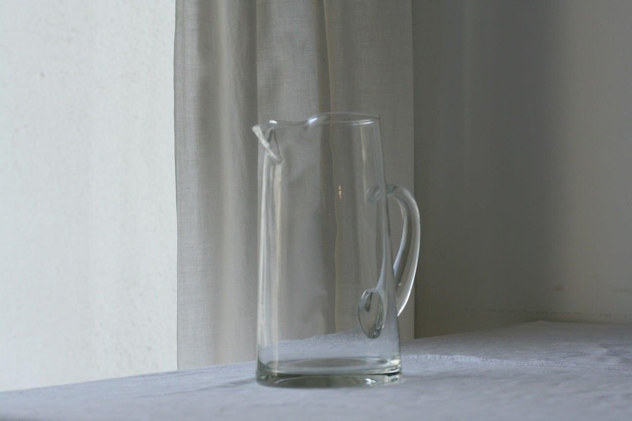シンプルなガラスのジャグ