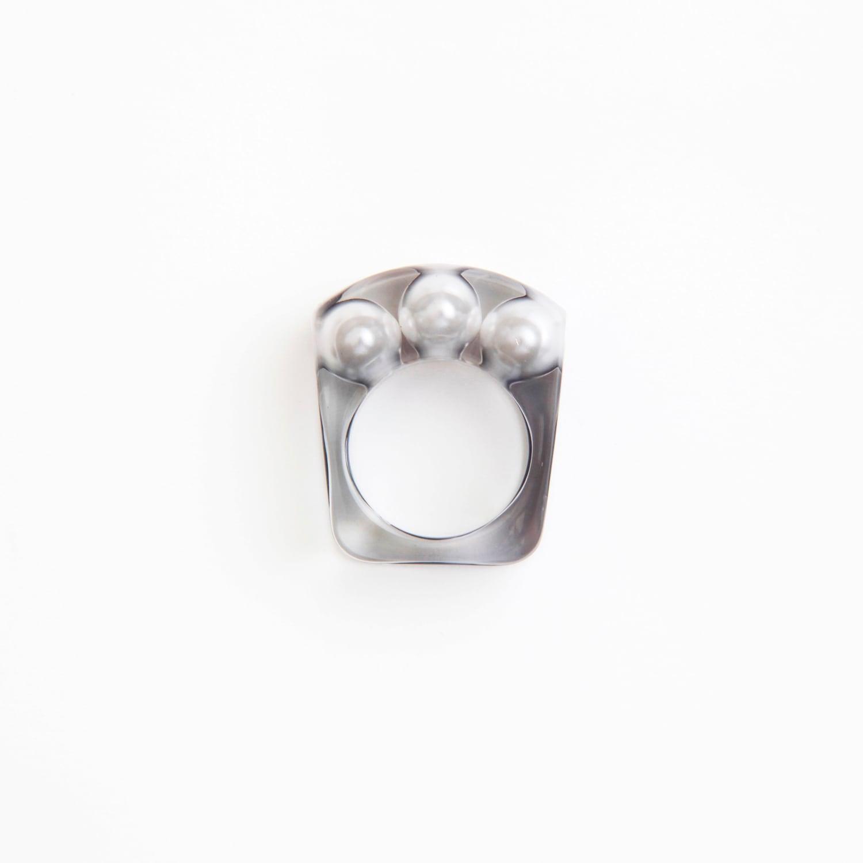 JUTIQU/Essence Ring 1_3 pearls ring_white in black