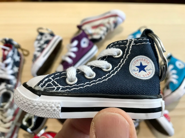 CONVERSE MINI SHOES KEYCHAIN (NAVY)
