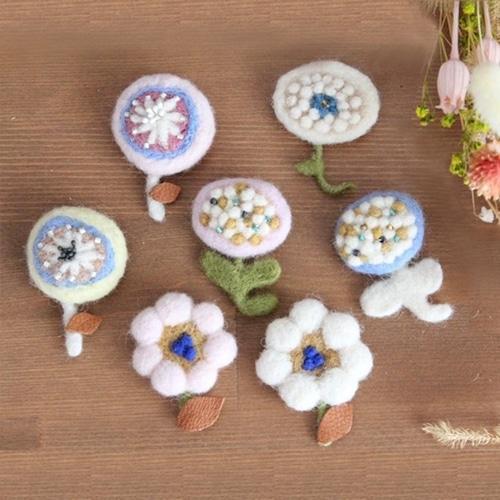 mochoko's  Gallery /羊毛のお花のブローチ