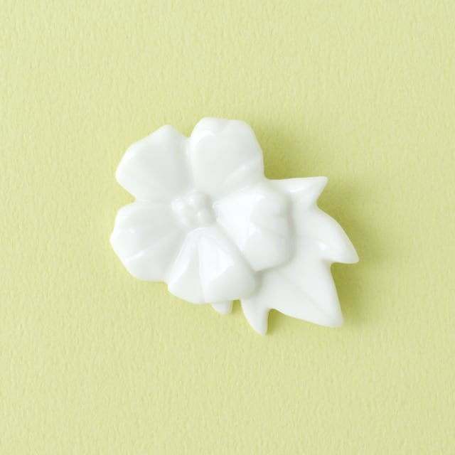 白磁の芙蓉ブローチ